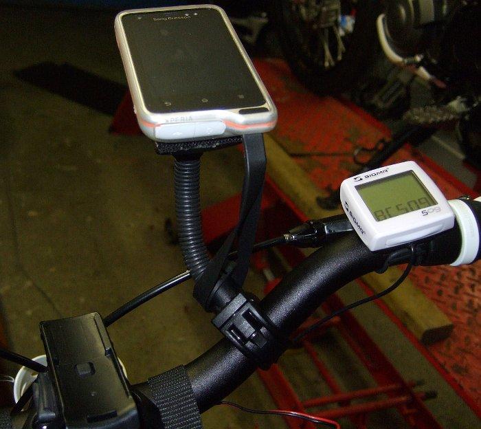 Xperia Active Smartphone auf Schwanenhals am Fahrradlenker