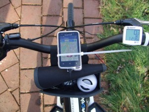 Smartphone Xperia Active provisorisch am Streetstepper montiert