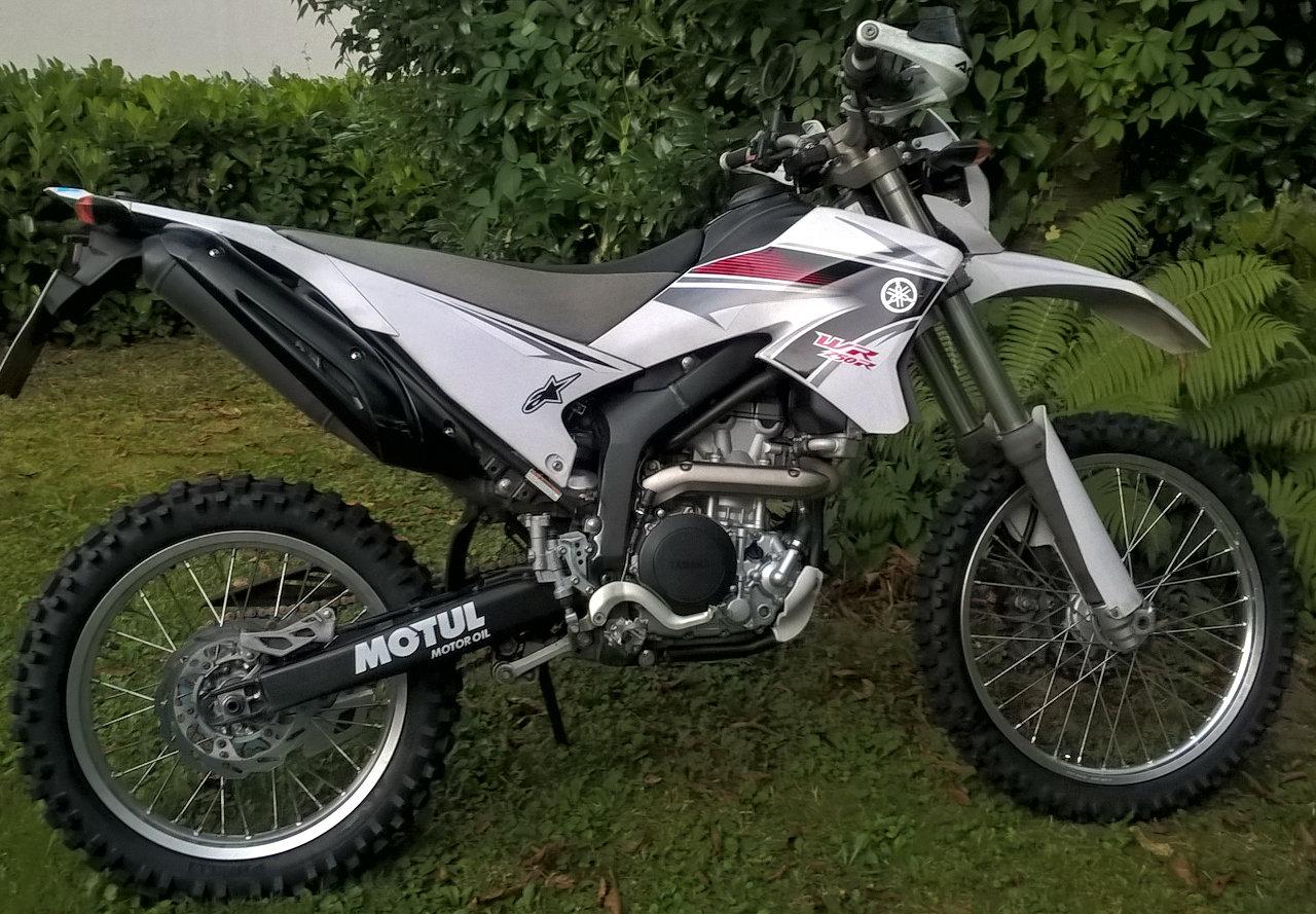 Yamaha WR250R mit Pirelli MT21 Strassenenduroreifen