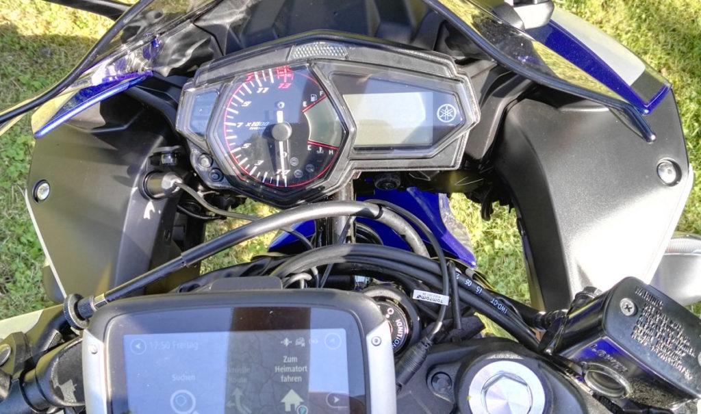 Bordnetzsteckdose an Yamaha YZF-R3, links neben Display