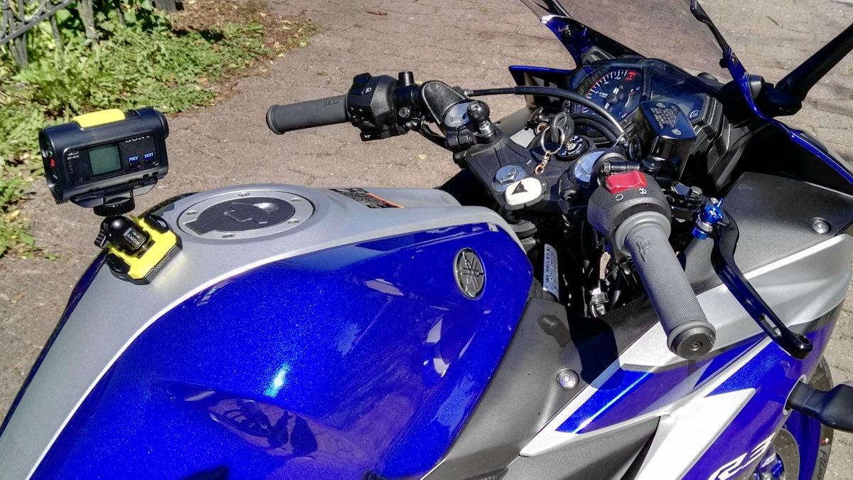 Sony HDR-AS15 Kamera an Yamaha YZF-R3